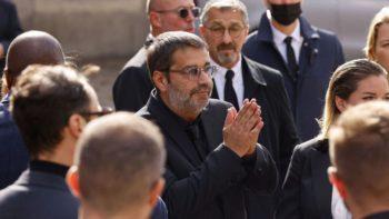 Stéphane Tapie très ému : les images bouleversantes du cercueil de son père entrant au stade Vélodrome