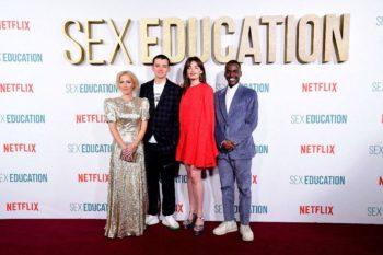"""""""Je n'arrive pas à réaliser"""" : ce célèbre chanteur français bouleversé d'être dans la série """"Sex Education"""" sur Netflix... Son identité va beaucoup vous surprendre !"""