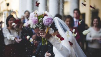 Pendant le mariage de son fils, une femme réalise que la mariée est sa propre fille