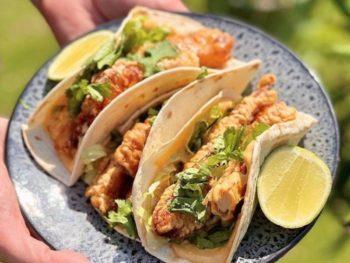 Envie de tacos de poulet à la coréenne maison ? Cyril Lignac nous partage sa recette !
