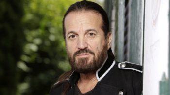 Francis Lalanne : provoqué en duel à l'épée par un journaliste, le chanteur répond