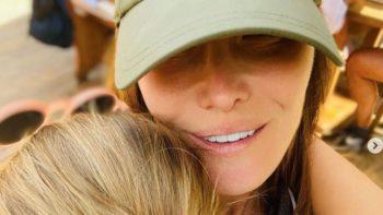 Carla Bruni partage une vidéo craquante de sa fille Giulia en pleine calinothérapie avec son chat