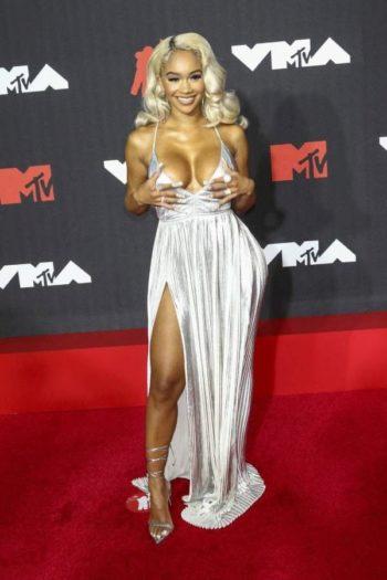 Robe en lanières, décolletés XXL, poitrine dégagée, sous-vêtements... Zoom sur les tenues les plus osées et trash des MTV VMA 2021