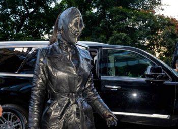 Ensemble en cuir et cagoule façon dominatrice sadomasochiste, Kim Kardashian provoque et affole la Toile