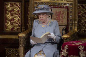 Elizabeth II en deuil : ce déchirant détail sur les photos, lors de sa venue au Parlement...