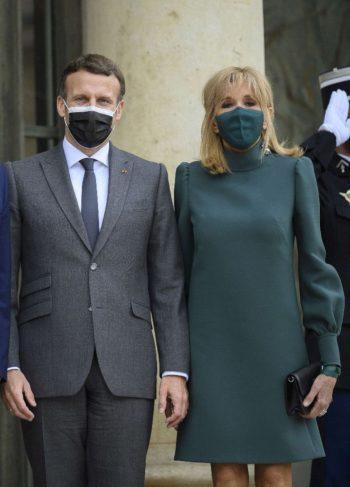Brigitte Macron : Une robe assortie à son masque... La Première Dame donne une leçon de style à l'Elysée